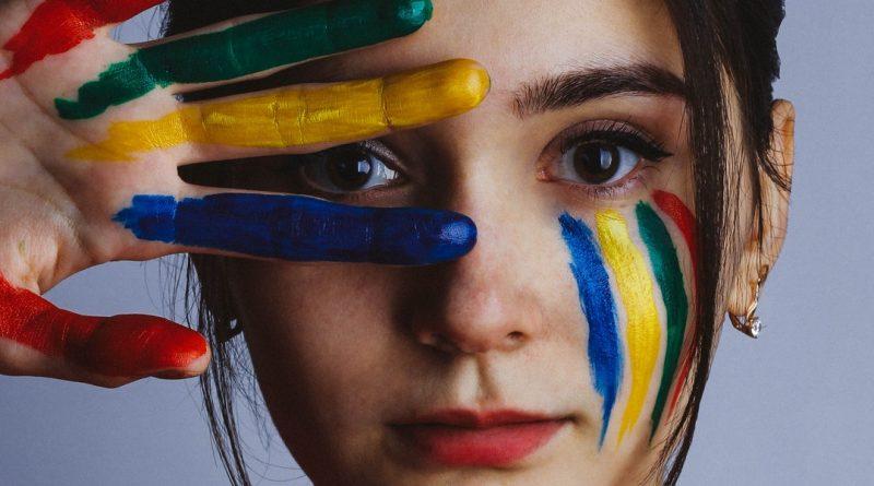 Une femme prête à peindre un portrait