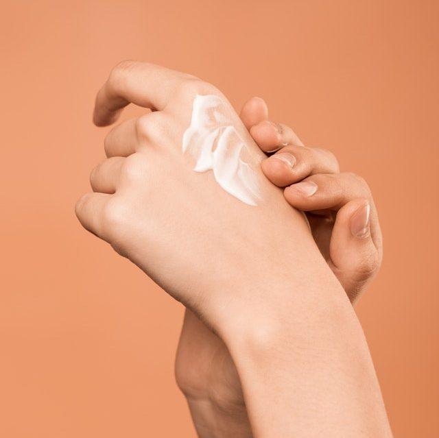 Application de gel de lin sur la peau
