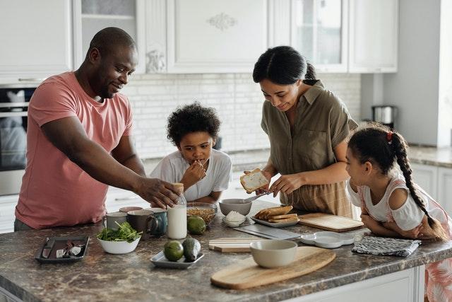 Une famille faisant le petit déjeuner dans la cuisine