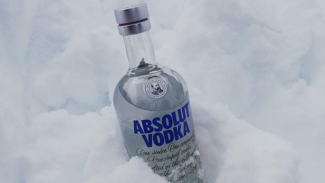 Une bouteille de vodka dans la neige